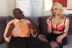 Sarah Vandella šuká s černým kolegou před zraky manžela
