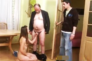 Děda ošuká přítelkyni svého vnuka – české porno