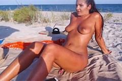 Pornokalendář DV (Iva, 1.12.) – Masturbace a squirt krásné nudistky