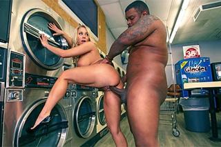 Mamina si zašoustá v prádelně s černým opravářem! (Katie Morgan)