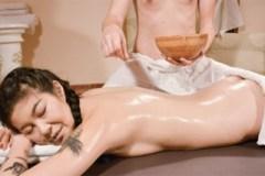 Masér něžně opíchá zralou asijskou paničku! (Akasha Coliun)