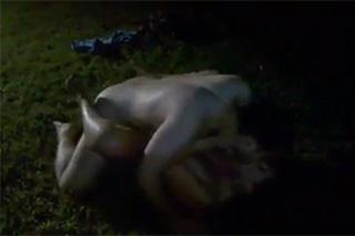 Opilá amatérka si po večírku zašoustá na trávě