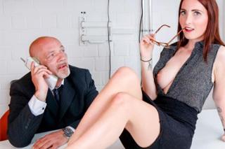 Zrzavá sekretářka se vyspí s plešatým ředitelem! (Lia Louise)