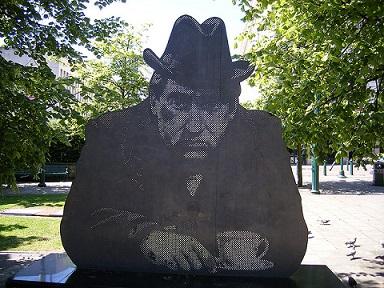 Elliott Brown/Statue of Tony Hancock in Old Square, Birmingham/Flickr