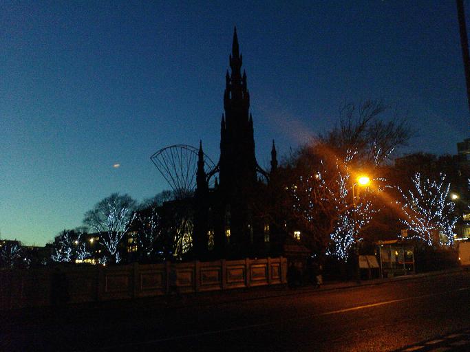 Edinburgh, Ausblick von der Waverley Bridge. In der Mitte sieht man das Scott Monument, drumherum geschmückte Bäume.