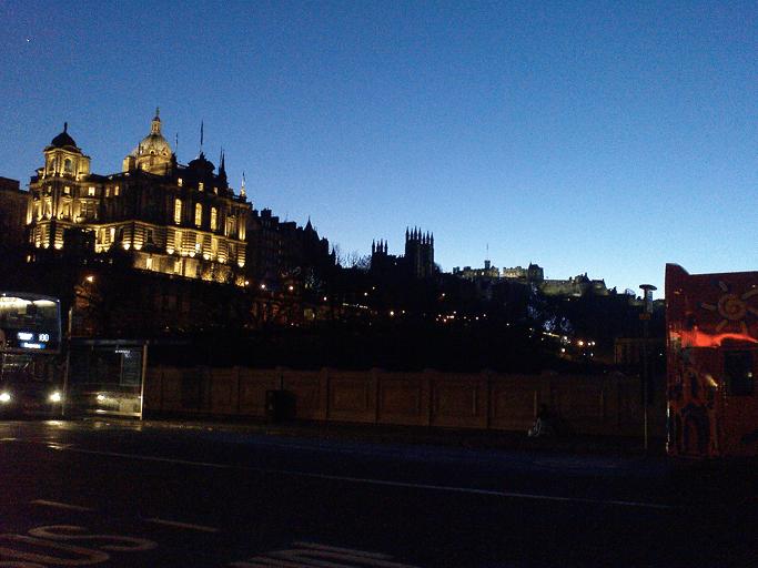 Edinburgh, Ausblick von der Waverley Bridge. Hinten rechts sieht man Edinburgh Castle, links oben der weiße Fleck ist die Venus.