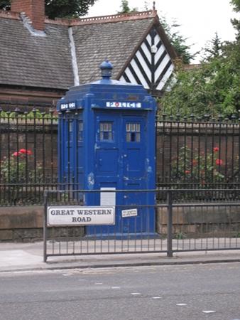 Dr Who im West End? Nein, nur eine alte Polizeibox am botanischen Garten...