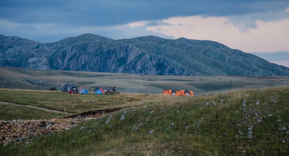 Tri kanjona: Planina, mirišu livada i sijeno, jul u jakni i čarapama