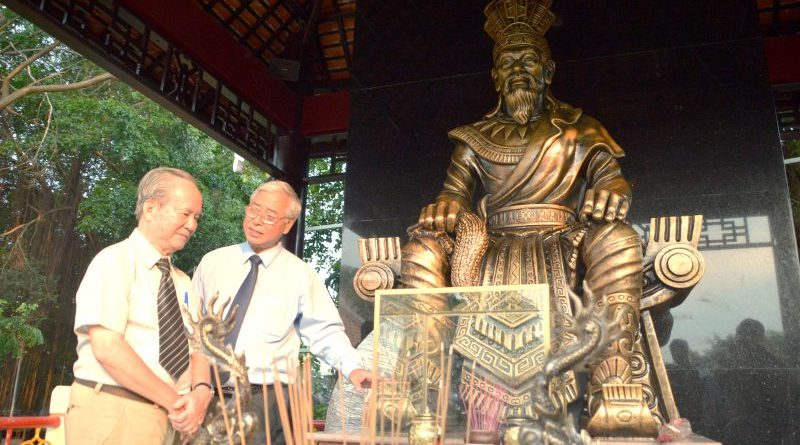 Ông Dư Hữu Danh (Giám đốc CVVH Đầm Sen) giới thiệu công trình tượng vua Hùng với giáo sư Mạc Đường trong buổi đặt tượng tại Đầm Sen