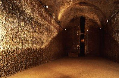 Cisterna abaixo da Vila Romana no Parque Arqueológico de San Vicenzino