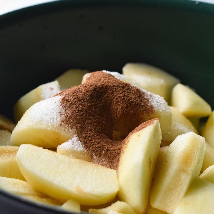 Cinnamon on the apple slices