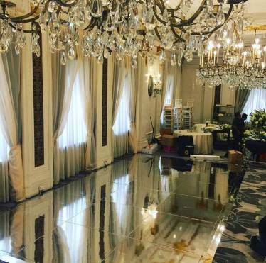 Mirrored-dance-floor-with-crystal-chandeliers