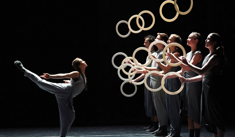 Gandini Juggling and Alexander Whitley Collaborate on Spring, and adventurous and cross art for show about colour and the perception of Colour. 12th April 2018 at the Arts Depot, Finchley, London.   Five Jugglers and Four Dancers challenge each other and exchange their skills with deconstructed rhythms and jubilant patterning.