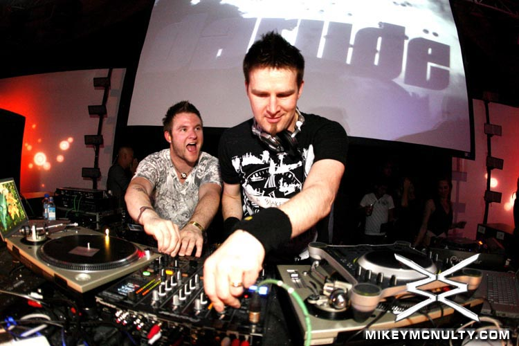 darude with other guy collaborating djing