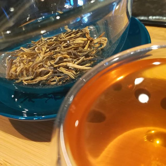 We serve SERIOUS TEA the traditional way in a Chinese Gaiwan. Our GOLD THREAD RESERVE is a vibrant black tea from Yunnan, an ancient tea-growing region. Smooth and complex, you'll taste notes of orange and maple-sweetness. Perfect with a crisp dark chocolate.#chocolatier #teahouse #tea #yunnan #blacktea #gaiwan @redblossomteacompany