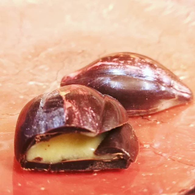 ROAD TO THE BEST PLACES - Cara Cara orange, vanilla, and cardamom in Jaguar Guatemalan dark chocolate.#chocolatier #chocolate #recipedevelopment #ecolechocolatmanchester2019 @ecolechocolat