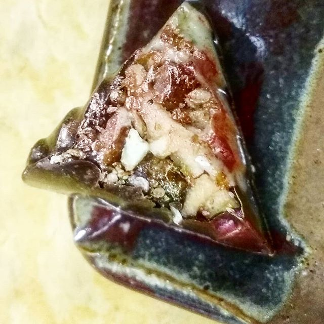 ... AND KINGS - Pickled apple, pecan praliné with oregano ganache in Guatemalan white Jade and Hacienda Rio dulce @dantachocolate#chocolatelovers #chocolatier #chocolateasart #pickledapple #pecanpraliné #freshoregano