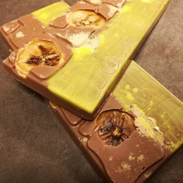 BANANA BANANA KNOCK KNOCK - crisp dried bananas and banana dust in Tanriva Madagascar milk chocolate,finished with a bit of turmeric white chocolate.#chocolatier #chocolatebar #banana #madagascar @valrhonausa