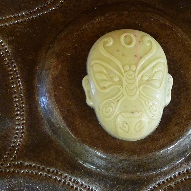 JADE MASK - Wilson's Farmstand fresh blueberries with Papua New Guinea vanilla and Conexion Manabi dark chocolate cast in strawberry matcha White Jade.#Chocolatier #chocolateasart #localfood @dantachocolate @conexionchocolate