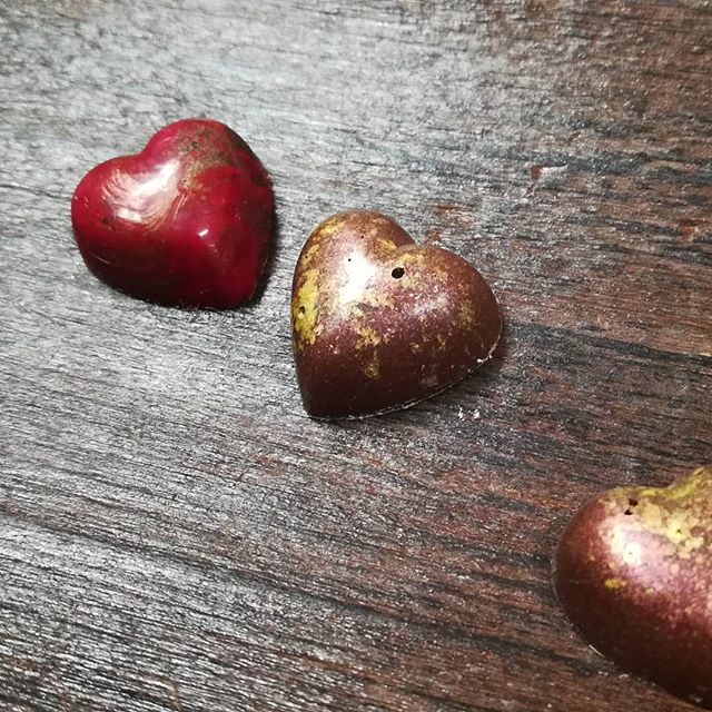 Tiny Hearts: BRASS&GOLD - saffron cloud caramel in Tikal Guatemalan milk chocolate. RED&ROSE - vibrant tangerine ganache.#chocolatier #hearts #valentines
