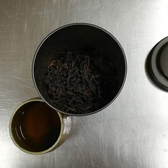 HERITAGE GRAND SCARLET ROBE Wuyi Oolong tea from @redblossomteacompany in San Francisco. Thank you so much, Alice.Im sipping it with a vibrant Fiji, Matasawalevu 74% dark chocolate from @9thandlarkin, also in SF. The crisp acidity nicely balanced the bold richness of the tea.#chocolatier #chocolate #tea #chocolatepairing