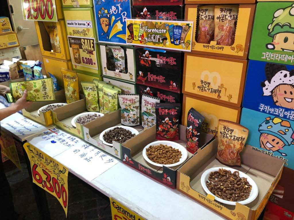 韓国のスーパーに並ぶ様々な種類のフレーバーアーモンド
