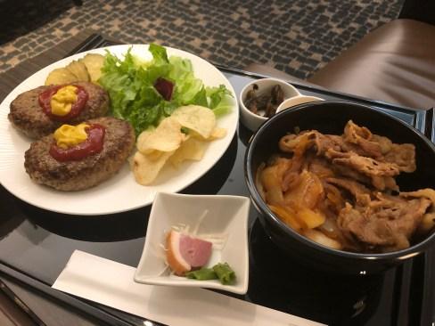 成田空港ANA SUITE LOUNGEでの食事の様子