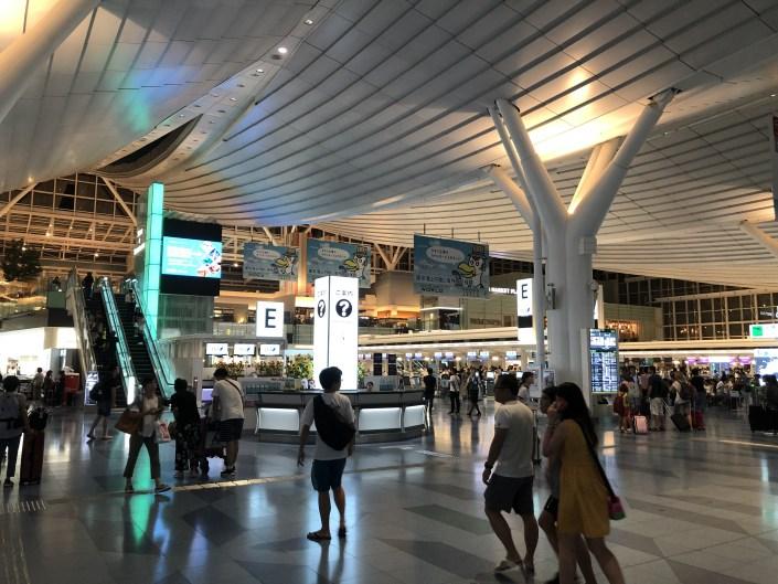 深夜でも人が沢山いる羽田空港国際線ターミナル