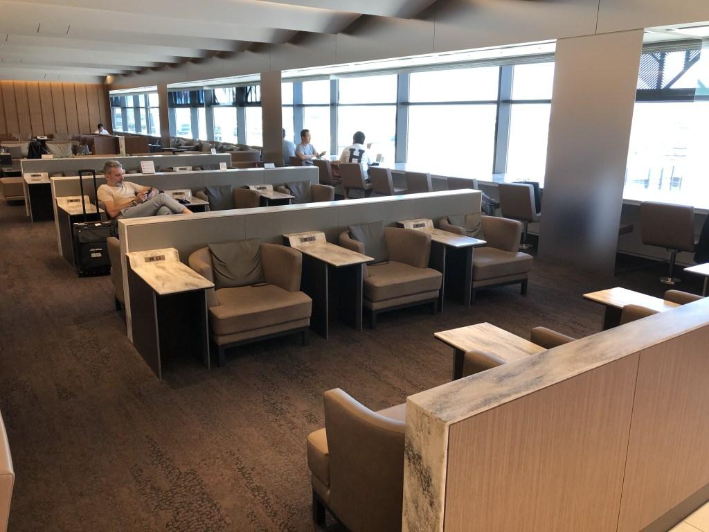 伊丹空港 ANA SUITE LOUNGE ソファー席(手前側)