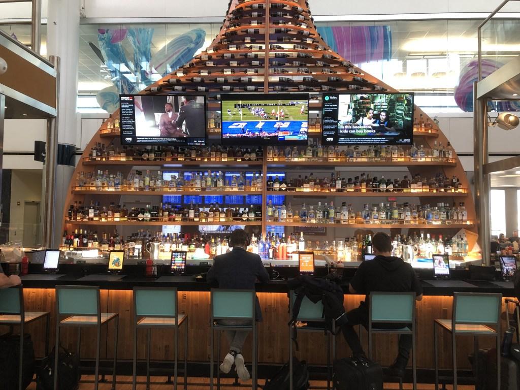 ヒューストン ジョージ・ブッシュ・インターコンチネンタル空港内にあるおしゃれなバー