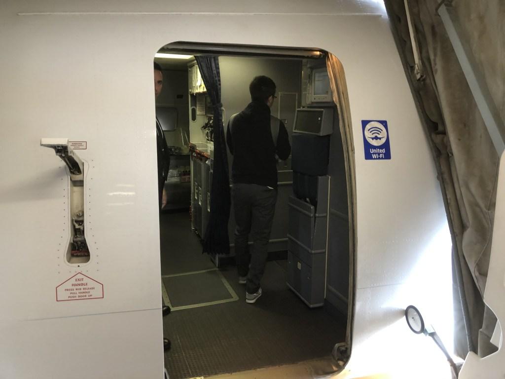 UA854便(NH7172便)リマ行の機材の入口