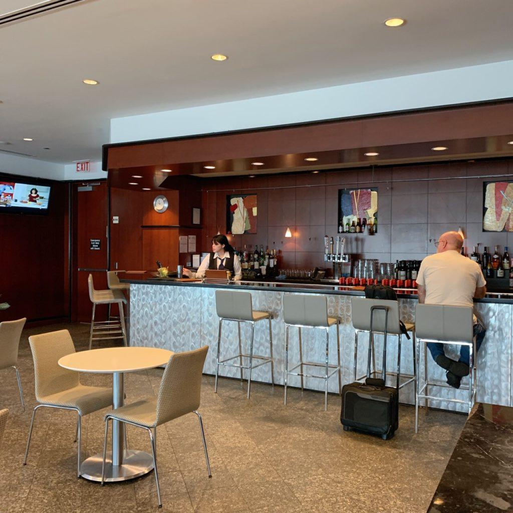 ヒューストン ジョージ・ブッシュ・インターコンチネンタル空港のUnited Clubのバーカウンター