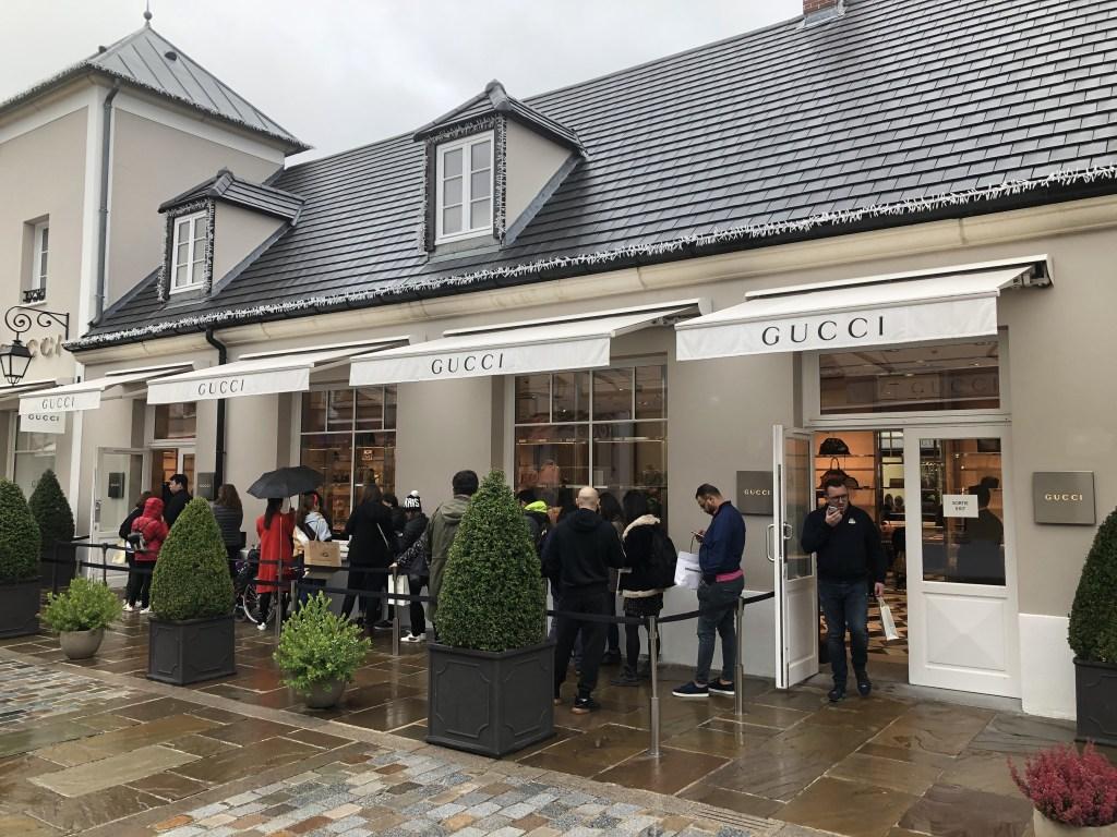 ''ラ・ヴァレ・ヴィレッジ''( La Vallée Village) GUCCI店舗外観の様子。入場制限が取られており、入口前には行列が出来ています。