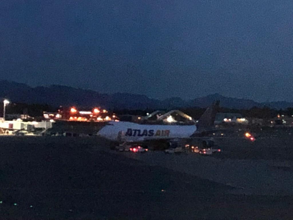 再出発時のアンカレッジ国際空港の様子。外は真っ暗です。