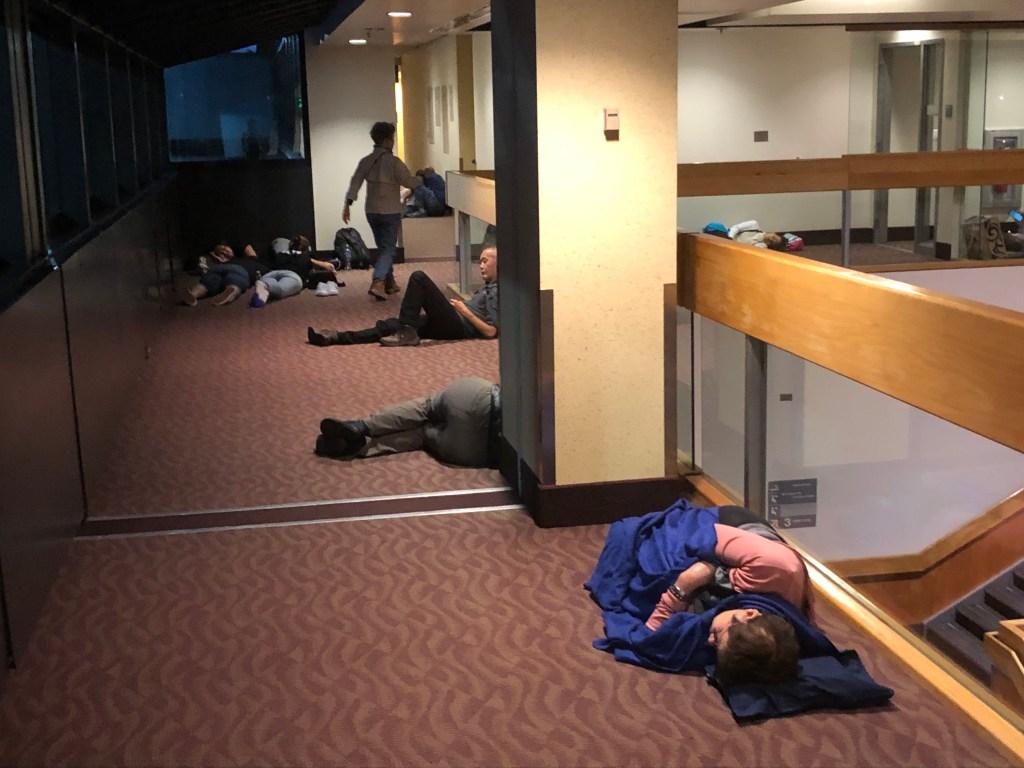 待合室で疲れの色を見せる乗客たち