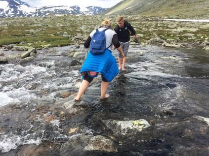 Hilfe bei der Überquerung eines sehr kalten Gebirgsbachs