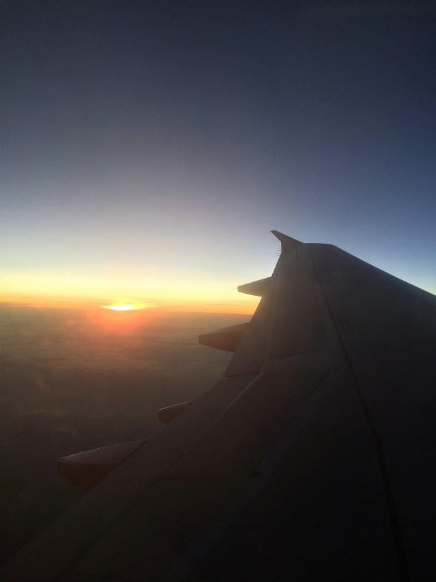 Es geht wieder nach Hause. Sonnenuntergang aus dem Flugzeug