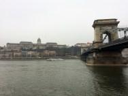 Kettenbrücke und Palast