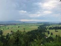 Der Forggensee (See ohne Wasser) hinten an den Bergen