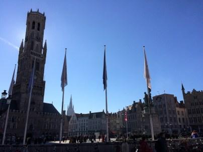 Marktplatz mit blauem Himmel und Belfried
