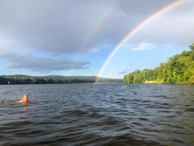 Bad mit Regenbogen am Abend