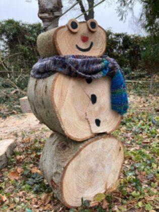 Unser Holz-Schneemann mit selbstgestricktem Schal. Die weißen Punkte auf dem Schal sind tatsächlich Schnee.