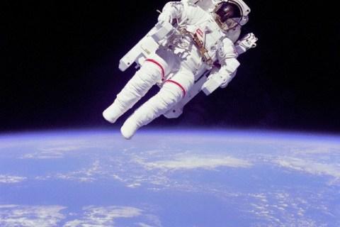 NASA tuyển dụng phi hành gia: cần đủ thứ bằng cấp, tỷ lệ chọi 1/1600 nhưng lương lên tới 1,6 tỷ VNĐ/năm - Ảnh 1.