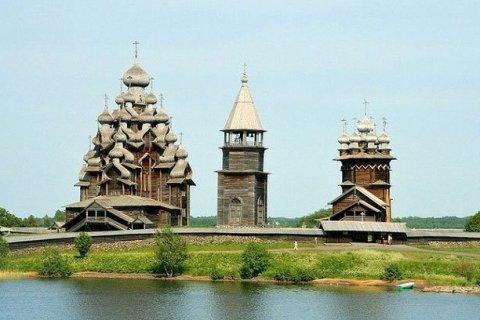 Nhà thờ Hiển dung, tháp chuông và nhà thờ Chuyển cầu.