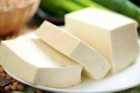 Đậu hũ hay đậu phụ được làm từ đậu nành là món ăn quen thuộc thường thấy