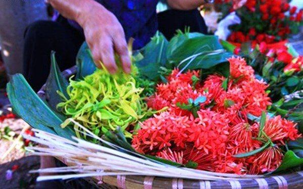 Những loᾳi hoa không nên dâng cύng trên bàn thờ vào thάng 7 âm lịch - 1
