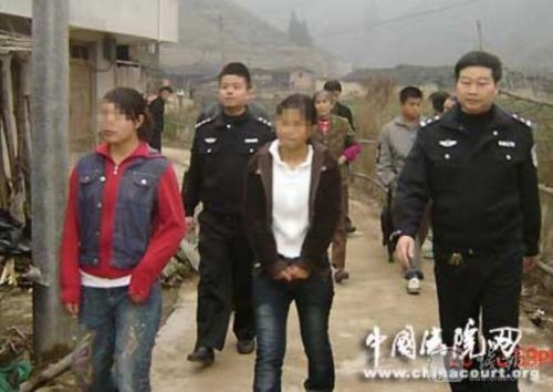 Cἀnh sάt dẫn Lưu Tuệ và kẻ buôn người - Lưu Mai về trụ sở để tiến hành điều tra, làm rō sự việc