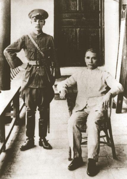 Tôn Trung SÆ¡n vào cuά»'i lά»… khai mάº¡c Hά»c viά»‡n quân sά»± Whampoa, vά»›i Jiang Zhuying, tháng 6 năm 1924 (άº¢nh: Wiki)