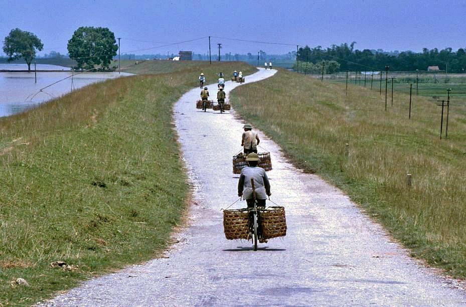 Bάt Tràng: vận chuyển đồ sứ bằng xe đᾳp đến Hà Nội