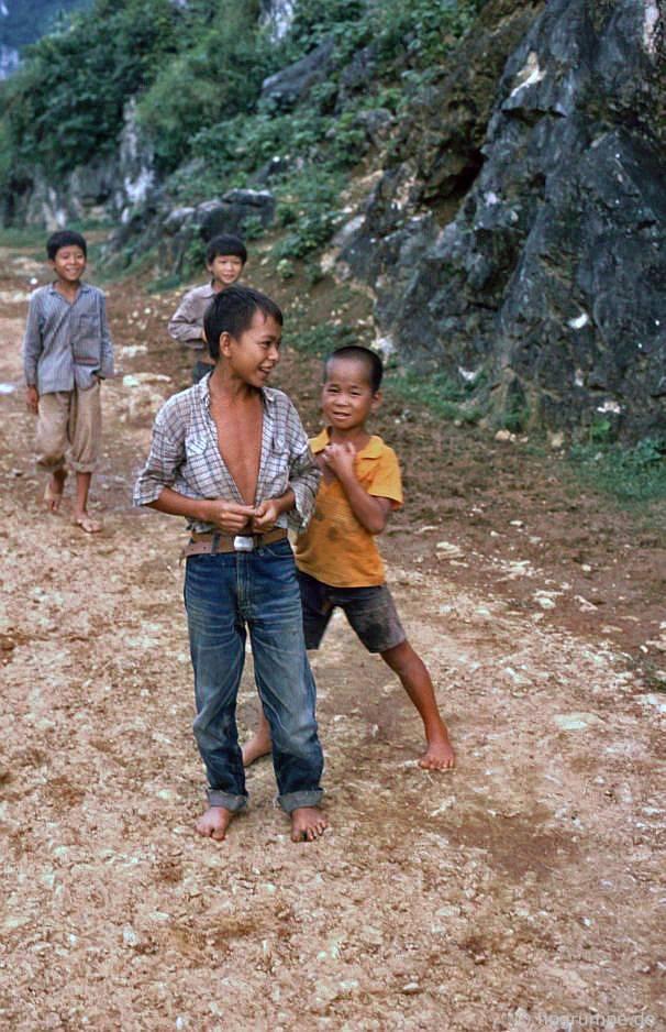 Trẻ em ở thάc nước
